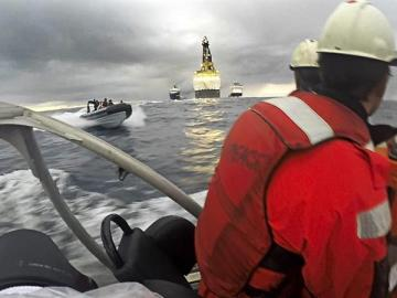 El Ejército 'embiste' las lanchas de Greenpeace ante el buque de Repsol en Canarias