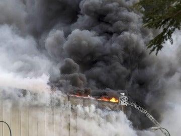 Vista del incendio que ha causado daños muy graves en la planta principal de la empresa cárnica Campofrío