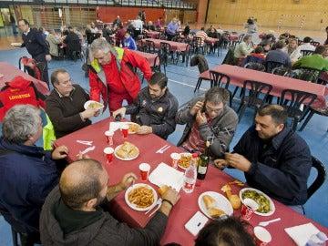 Varios de los vecinos de los barrios burgaleses Villafría y Cotar que han sido evacuados de sus casas a un polideportivo de la ciudad