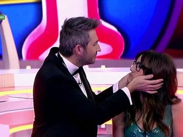 Ana Morgade besa a Frank Blanco