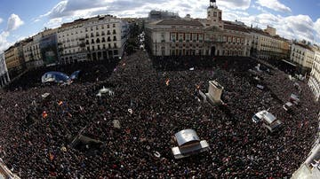 Vista de la Puerta del Sol de Madrid, donde miles de personas esperan de que Pablo Iglesias pronuncie su discurso