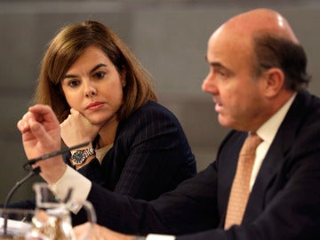 Soraya Sáenz de Santamaría, y el ministro de Economía, Luis de Guindos