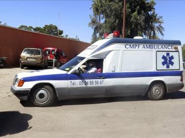 Una ambulancia traslada a la morgue los cuerpos de los dos espeleólogos españoles