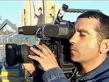 José Couso portando su cámara durante una grabación.
