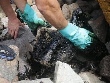 El fuel continúa llegando a las costas de Mogán, en las Islas Canarias
