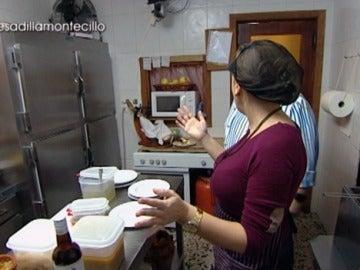 Mónica, harta en la cocina