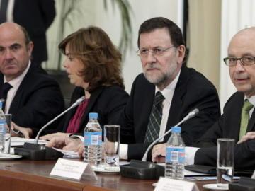 Mariano Rajoy con Luis de Guindos, Soraya Sáenz de Santamaría y Cristóbal Montoro