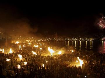 Imagen de archivo de la celebración de las fiestas de San Juan en una playa.