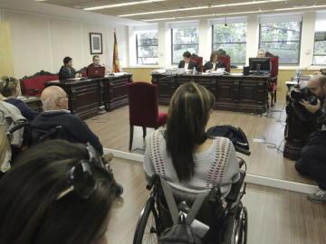 Víctimas de la Talidomida durante un juicio