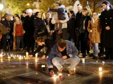 Luto en París por las víctimas de los atentados terroristas