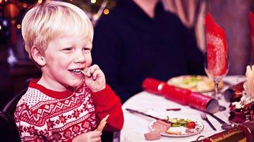 Niño comiendo en Navidad