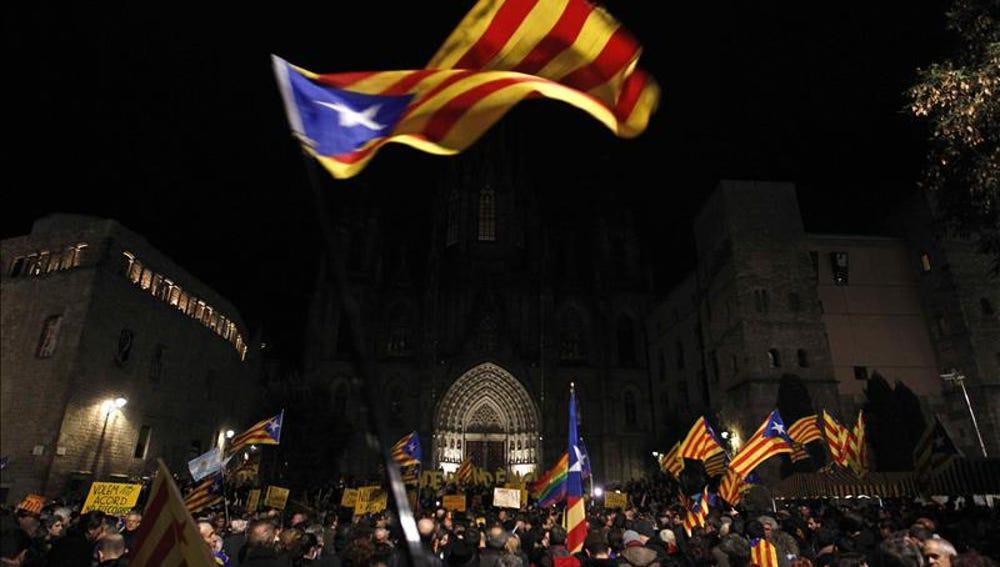 Miles de personas con banderas independentistas en Barcelona