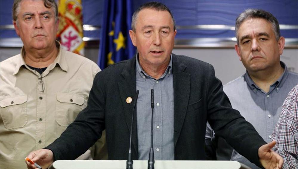 El portavoz parlamentario de Compromís, Joan Baldoví (c) junto a Pascual Molla y Lluis Miquel Campos