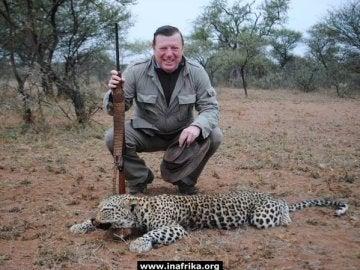 César Cadaval posando junto a un leopardo muerto
