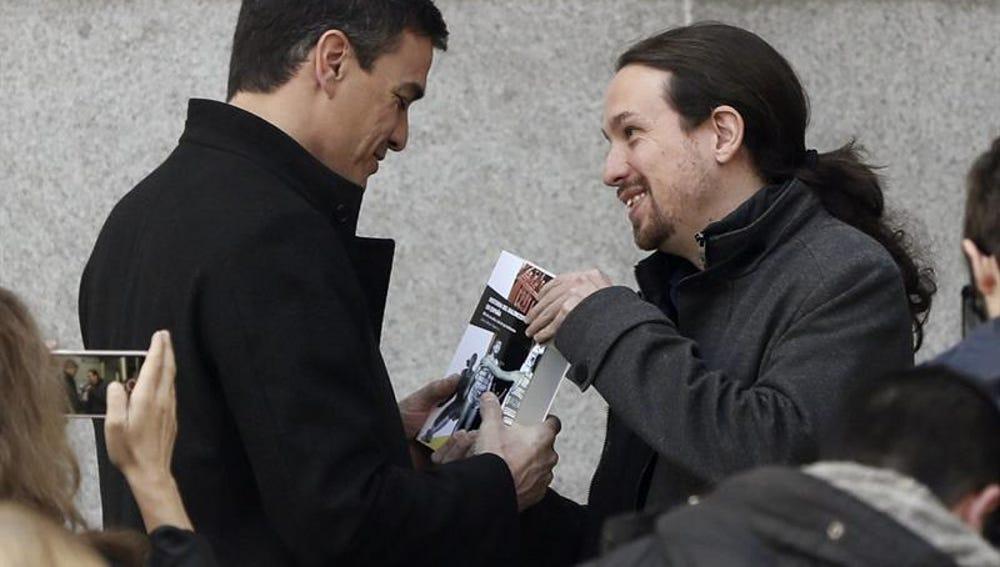 Pablo Iglesias regala a Pedro Sánchez un libro