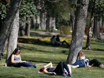 Varias personas, en el parque del Retiro en Madrid