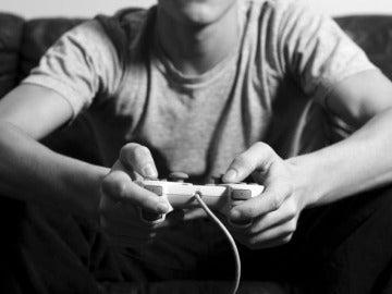Un chico jugando a videojuegos