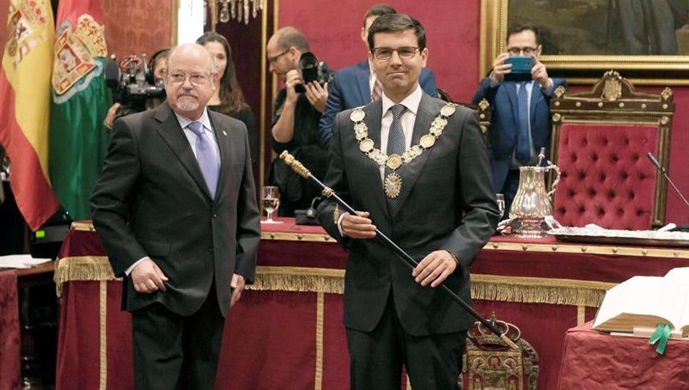 Francisco Cuenca tras recibir el collar y el bastón de mando