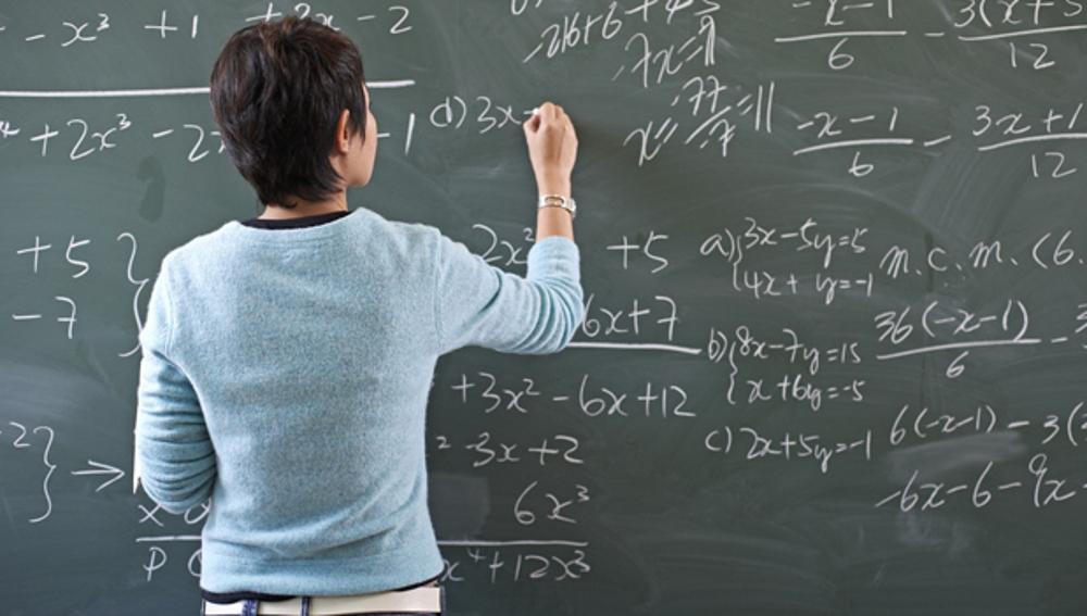 Profesora escribiendo en la pizarra