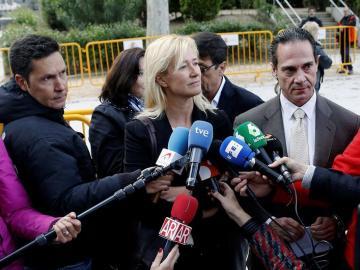 La actriz Ana Duato atiende a los medios a las puertas de la Audiencia Nacional