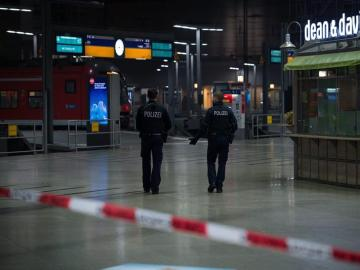 Policías alemanes en una estación de Munich