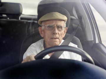 Señor mayor conduciendo