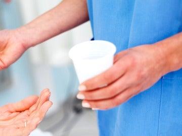 Una enfermera dando la medicación