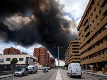 Columna de humo vista desde la urbanización El Quiñón