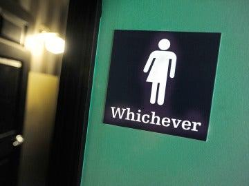 Imagen de un baño que no identifica 'hombre y mujeres'