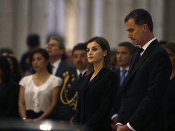 los reyes en el funeral por las víctimas del teremoto de Ecuador