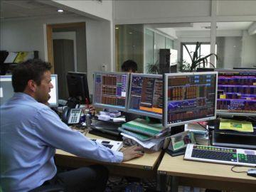 Un hombre trabaja frente a unos ordenadores