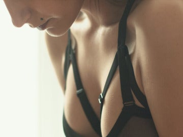 Una mujer en sujetador