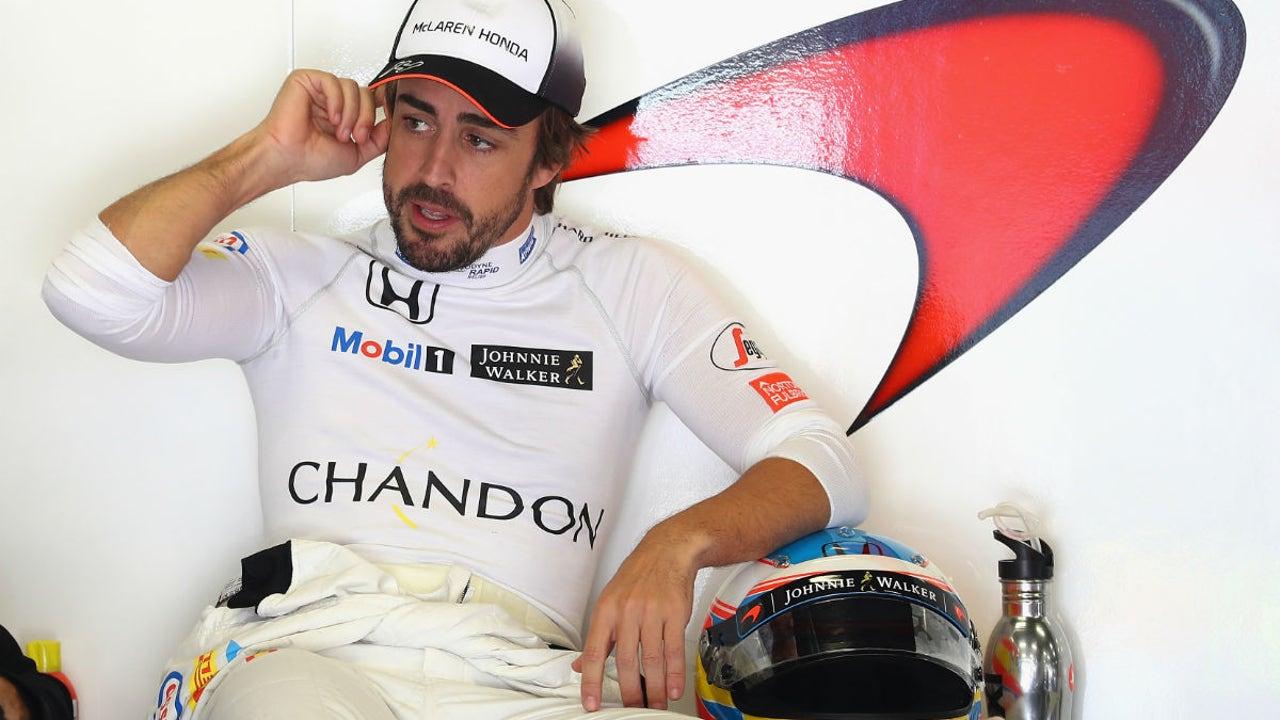 Fernando Alonso, en el box de McLaren-Honda