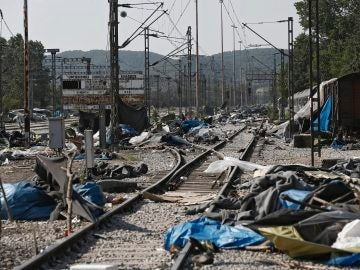 Vista de los enseres abandonados junto al campo de refugiados de Idomeni
