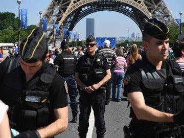 Agentes de seguridad, delante de la Torre Eiffel