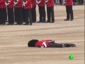 Un soldado se desmaya en la celebración del cumpleaños de la reina Isabel II