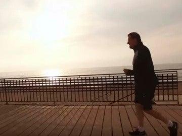 Rajoy sale a caminar por Torrevieja en su nuevo vídeo electoral