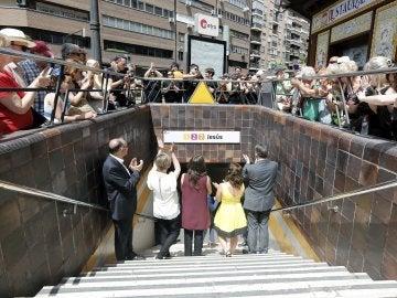 Ximo Puig, Rosa Garrote, Mónica Oltra y Joan Calabuig aplauden tras destapar el nuevo nombre de la estación del Metro de Valencia