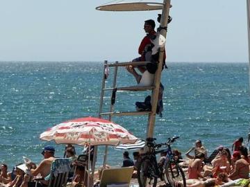 Un socorrista vigila en una playa