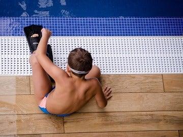 Niño en una piscina