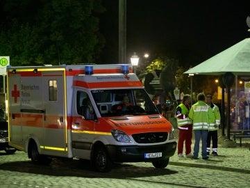 Una ambulancia en el lugar donde un refugiado sirio murió hoy al detonar un artefacto explosivo en Ansbach, Alemania, causando doce heridos
