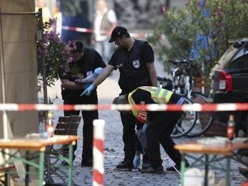 Policías revisan la escena tras la explosión registrada en Ansbach (Alemania).