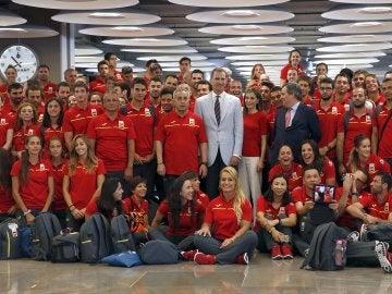 """Los Reyes han despedido hoy en el aeropuerto de Barajas a los atletas que viajan a los Juegos de Río de Janeiro para desearles """"muchos éxitos"""" y, en palabras de Felipe VI, recordarles que son """"los mejores embajadores de un país que sabe superar las dificultades y mirar al futuro con determinación""""."""