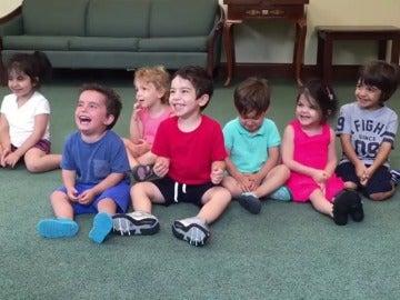 Frame 40.006135 de: El ataque de risa de un niño en clase de música al aprender a tocar las palmas conquista en la res