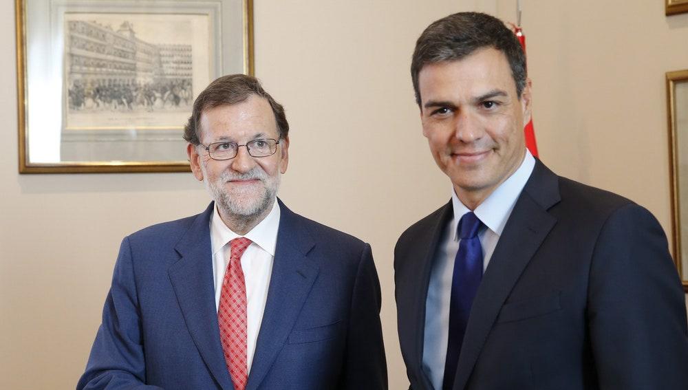 Rajoy y Sánchez al incio de su reunión