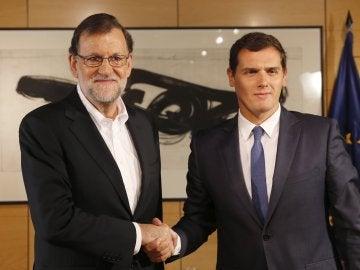 Rajoy y Rivera se saludan antes de su reunión