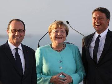 François Hollande, Angela Merkel y Matteo Renzi ofrecen una rueda de prensa conjunta tras su reunión.