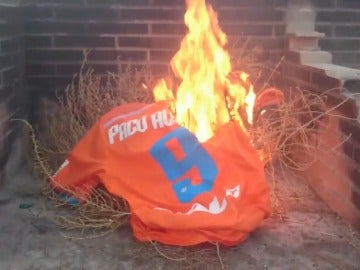 Un aficionado del Valencia quema su camiseta de Paco Alcácer
