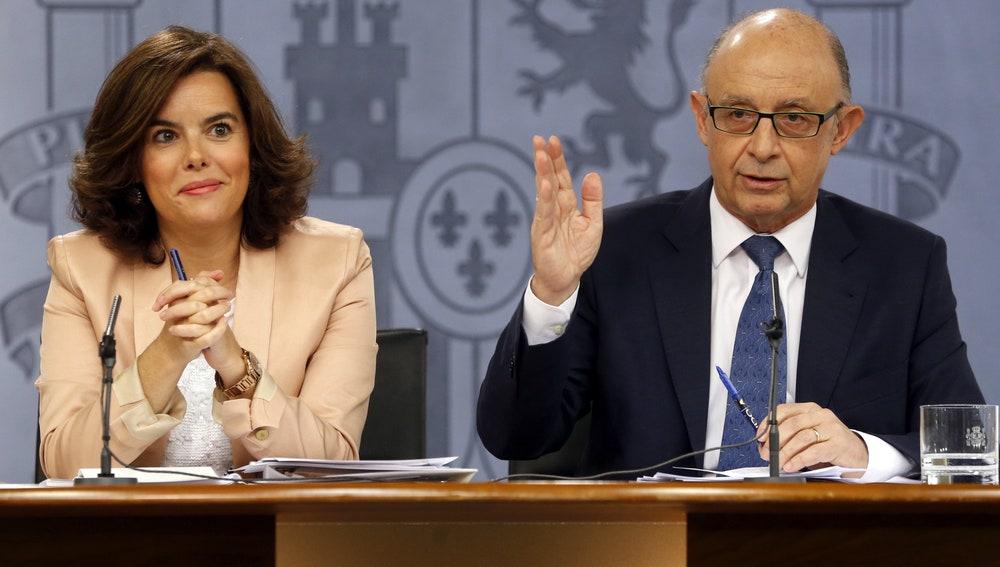 La vicepresidenta del Gobierno en funciones, Soraya Sáenz de Santamaría, y el ministro de Hacienda en funciones, Cristóbal Montoro