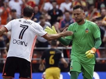 Diego Alves es felicitado tras parar un penalti a Griezmann